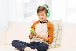 Το πρώτο κινητό τηλέφωνο: Τι να κάνεις για να προστατεύσεις το παιδί σου από τους κινδύνους
