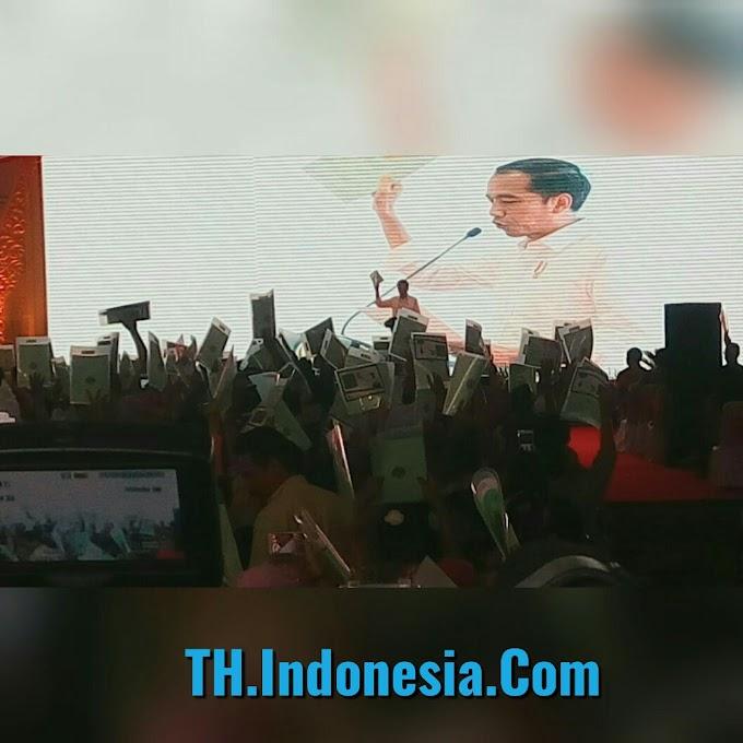 Presiden Jokowi Ajak Menko Perekonomian Dan Sekjen ATR / BPN Bagi 10.350 Sertifikat Tanah