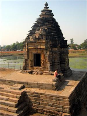Le temple de Brahma, ouvert, et son guarde