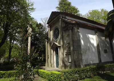 pequena capela num jardim
