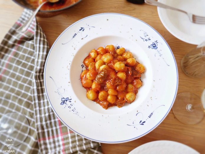 Ñoquis con salsa de tomate sobre plato de Villeroy&Boch