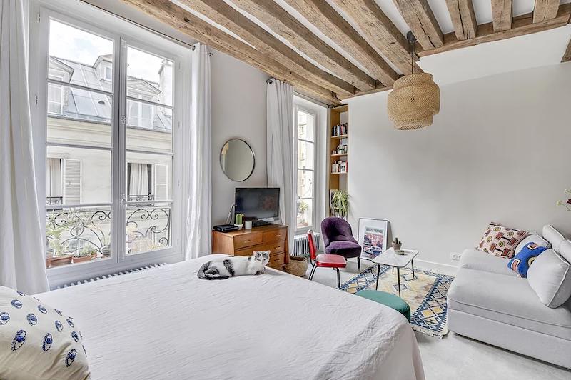 Salón y dormitorio en un mismo espacio.