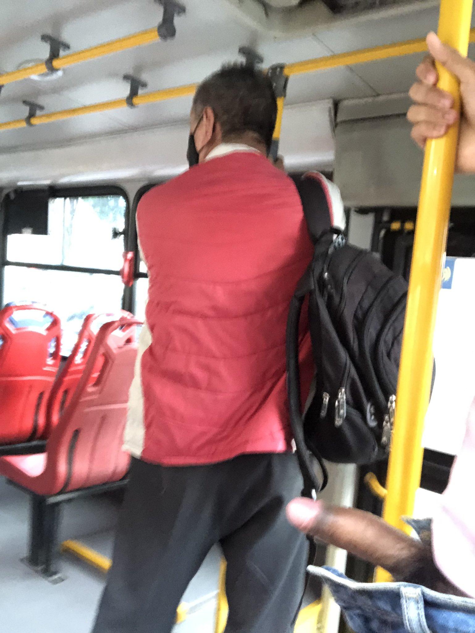 sacando el pene en un bus publico