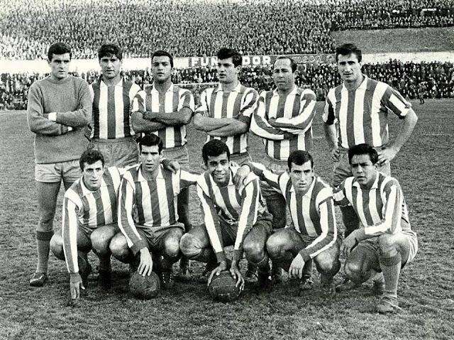 CLUB ATLÉTICO DE MADRID - Temporada 1964- 65 - San Román, Griffa, Colo, Martínez Jayo, Ruiz Sosa, Calleja; Ufarte, Luis, Mendonça, Adelardo y Cardona. CLUB ATLÉTICO DE MADRID 3 (Cardona 2, Ufarte) C. F. BARCELONA 2 (Seminario, Ré). 10/01/1965. Campeonato de Liga de 1ª División, jornada 17. Madrid, estadio Metropolitano.