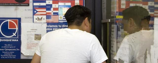 Bruselas sentencia que España se ceba con las remesas de los inmigrantes