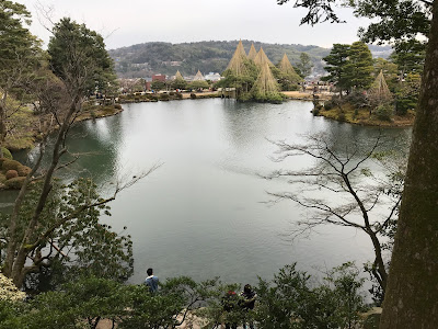 Les Chats visitent sous un ciel gris le jardin Kenrokuen c67251da6ca