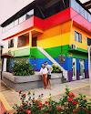 PITTURA LA CASA COME UNA ENORME BANDIERA LGBT PER APPOGGIARE IL COMING OUT DI SUO FIGLIO