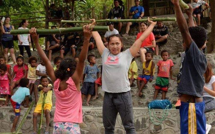 Hidilyn Diaz teaches weightlifting to Aeta kids
