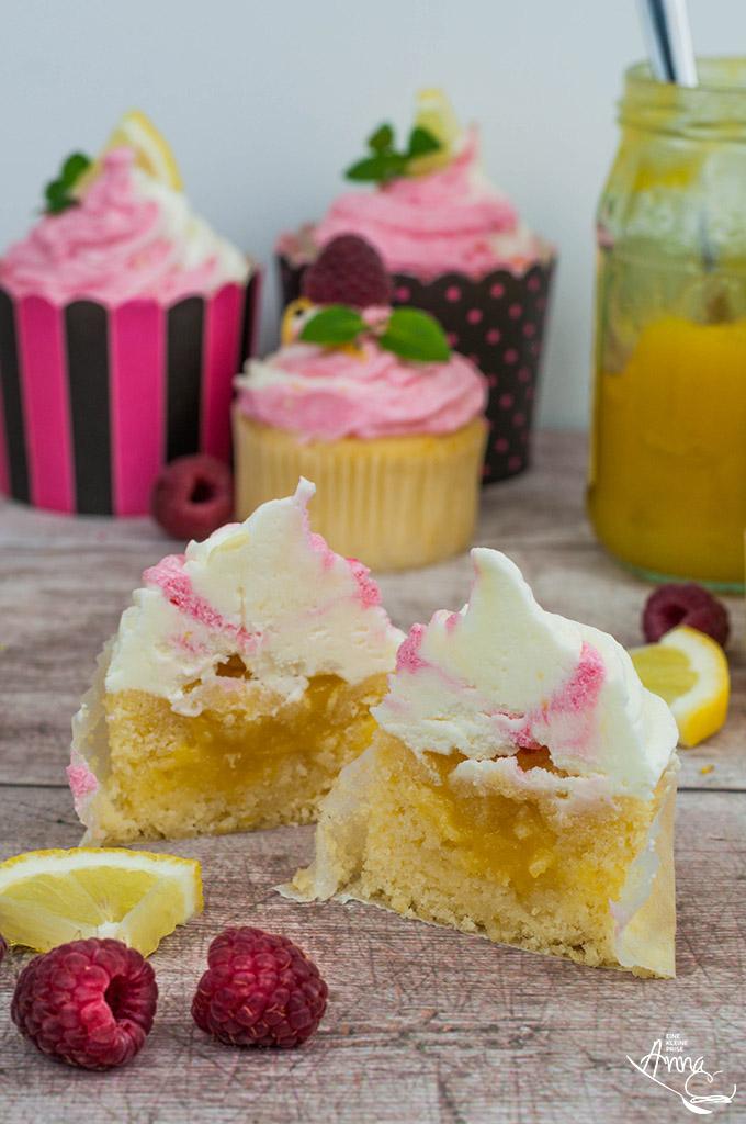 Himbeer-Lemon-Cupcake aufgeschnitten mit Lemon Curd