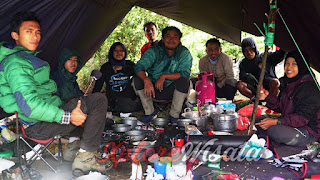 Tim Logistik Family Gathering di Gunung Prau.