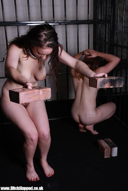 Nudité forcée, humiliation, posture difficile pour prisonnière à poil