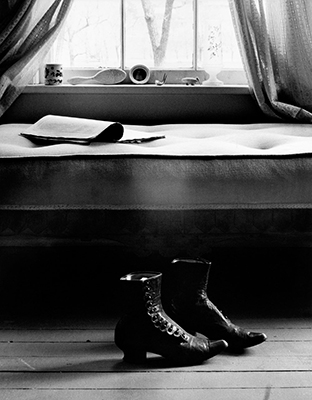 http://yama-bato.tumblr.com/post/147739729016/howtoseewithoutacamera-by-gordon-parks-shoes