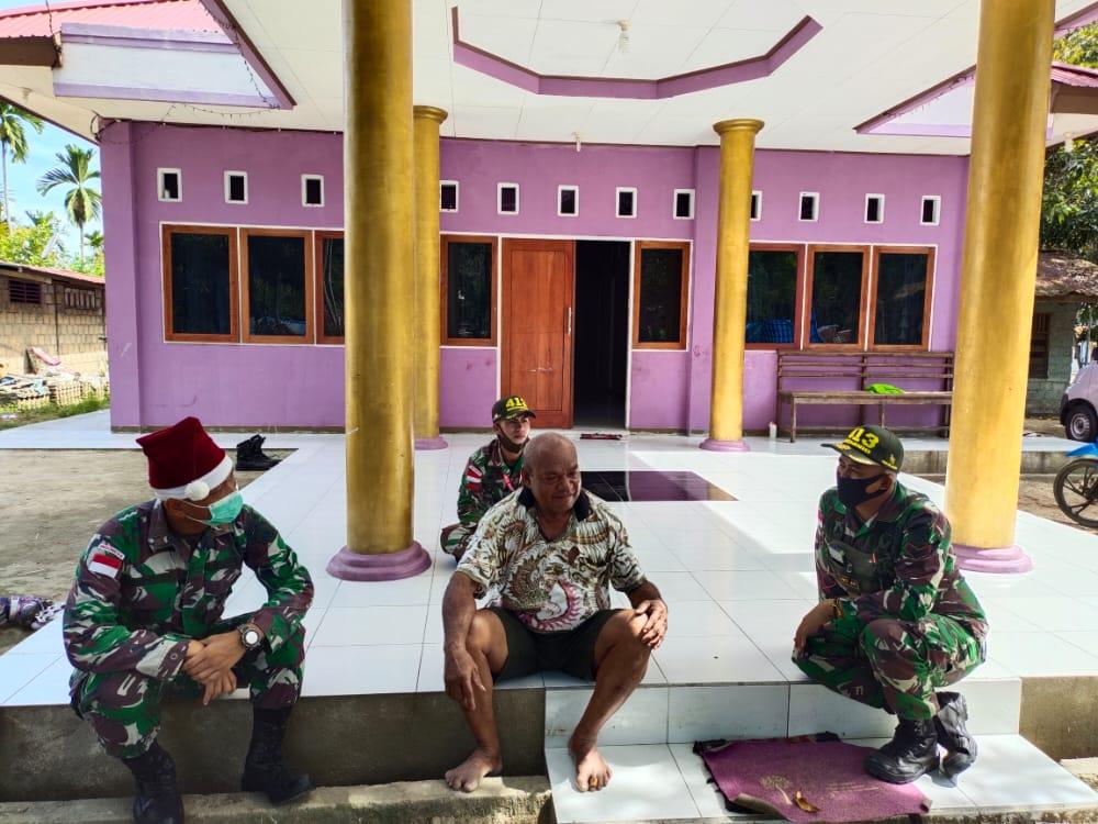 Satgas Yonif MR 413 Gelar Anjangsana di Kediaman Tokoh Adat Kampung Nafri