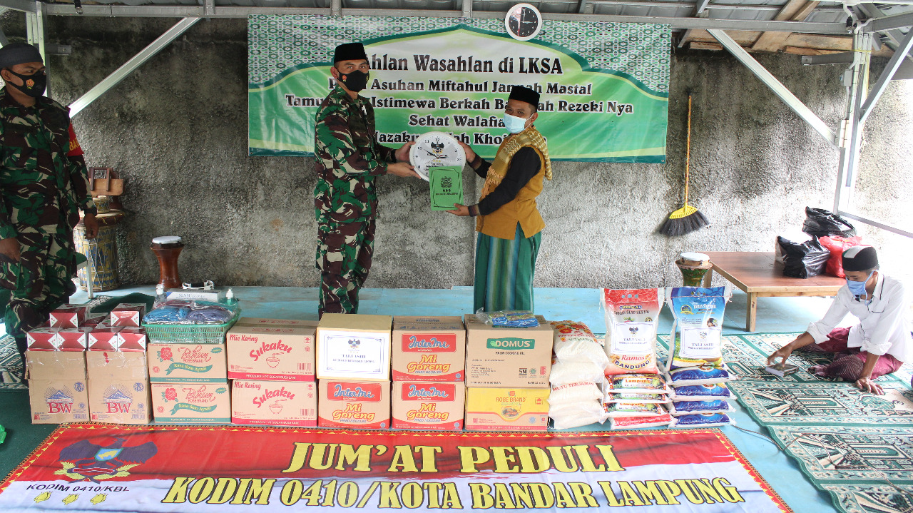 Komandan Kodim 0410/KBL Kolonel Inf Romas Herlandes, S.E, M.Si, M.M., melakukan kunjungan di Panti Asuhan Miftahul Jannah Mastal