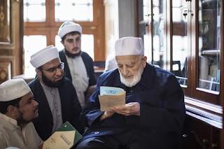 Syekh Amin Siraj Bersama Murid muridnya. Foto dari Aljazeera.net