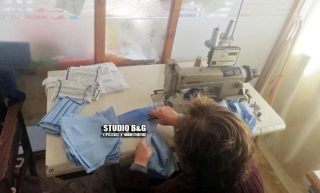 """Πήραν """"φωτιά"""" οι ραπτομηχανές στη Νέα Κίο Αργολίδας - Γυναίκες φτιάχνουν μάσκες για τον κορωνοϊό"""