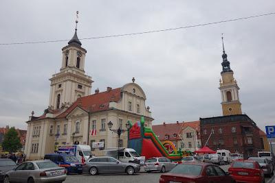 Ratusz (z lewej) i kościół św. Piotra i Pawła (z prawej)
