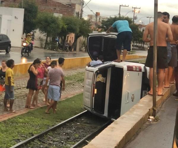 Carro capota e cai em vão sobre os trilhos do VLT de Sobral, no Ceará