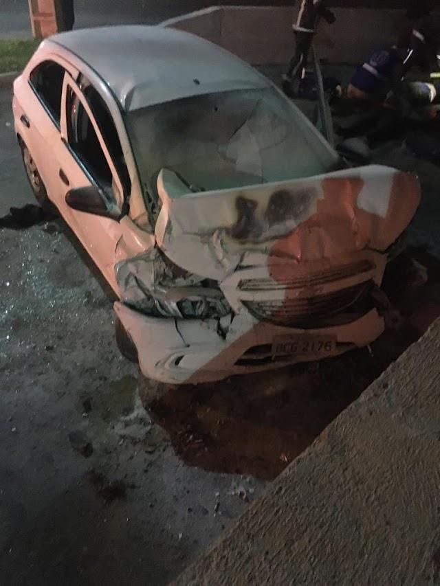 Mulher morre e três ficam feridos após carro bater em poste e pegar fogo em Colombo