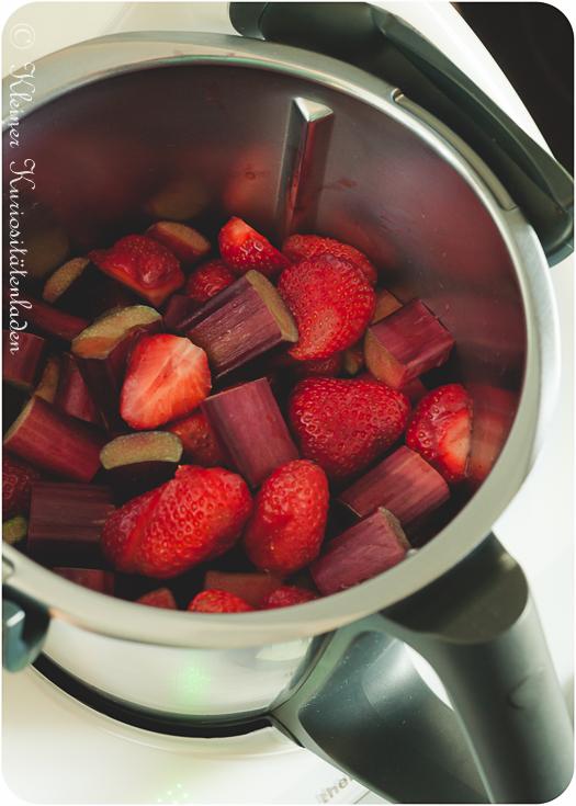 Erdbeer-Rhabarber-Kompott vor dem Kochen