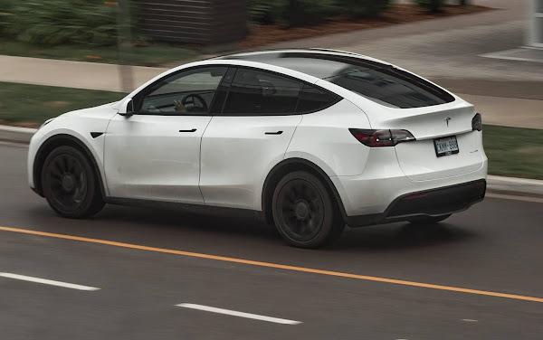 Toyota e Tesla estudam parceria para fabricação de SUV compacto elétrico