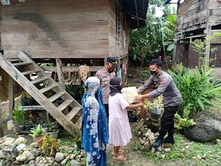 Bhabinkamtibmas Polsek Anggeraja Berikan Bantuan Kepada Masyarakat Yang Tidak Mampu Akibat Masa Pandemic Covid-19