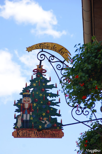 L'insegna del noto negozio natalizio di Riquewihr Feerie de Noel