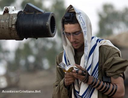 Soldado israelí leyendo la Torá