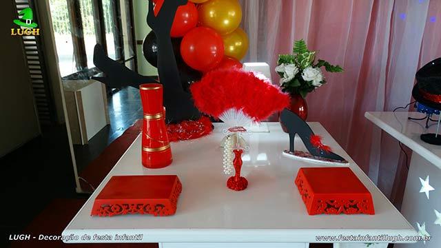 Mesa decorada para aniversário tema Cabaré