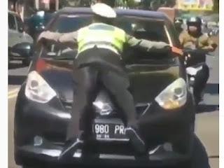 """Polantas Diseruduk Penerobos Lampu Merah, """"Nempel"""" di Kap Mobil Sejauh 100 Meter"""