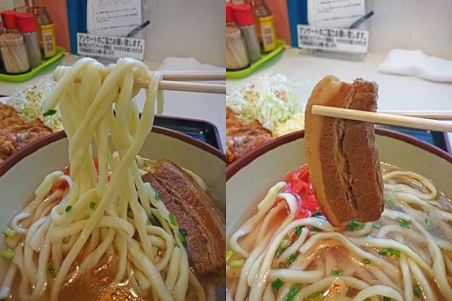 沖縄そばの麺と三枚肉の写真