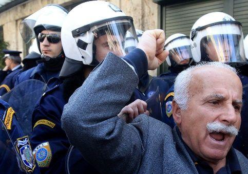 Jubilados griegos protestan contra recortes de pensiones