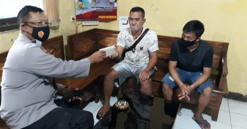 Polisi Kembalikan Dompet Temuan Kepada Pemiliknya Warga Padamara