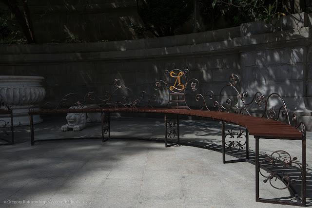 Ливадийский дворец. Интерьеры. Скамейка перед входом
