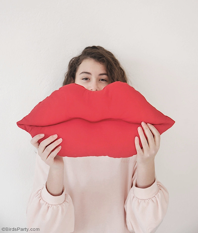 Lips Pillow DIY with FREE Pattern  - quick and easy craft project to decorate your home or bedroom for Valentine's Day or to gift to someone you love! by BirdsParty.com @BirdsParty #valentinesdaydecor #diy #carfts #lipspillow #lipsaccentpillow #diylipspillow #lipspattern #lipspillowpattern #freesewingpattern #sewing #freepatterns lipspillowdiy #diylipspillow #diypillow #valentinesday