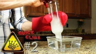 Пляшка бурхливо втягує воду - вакумний експеримент