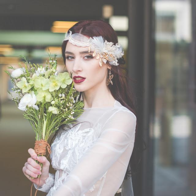 Piórkowa opaska ślubna z perłami i koronką.