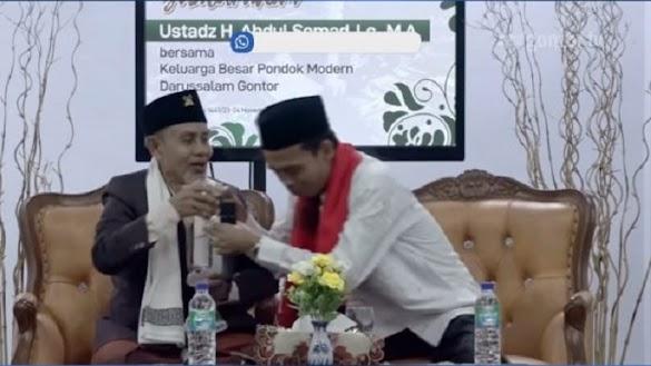 Muliakan Ulama, UAS Cium Tangan Hingga Minum Air Bekas KH Sahal