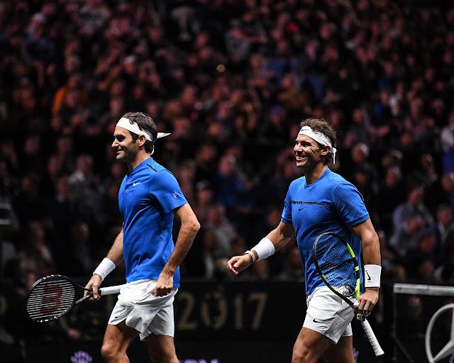 Roger Federer e Rafael Nadal comemoram ponto em partida de duplas na Laver Cup