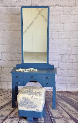 Toaletka niebieska i taboret w szacie Toile de Jouy.