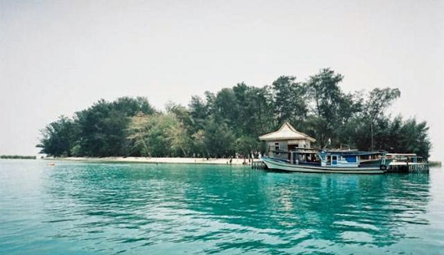 Pulau Seribu alias Kepulauan Seribu adalah suatu kabupaten yang tetap masuk dalam wilayah Lokasi Diving di Pulau Seribu