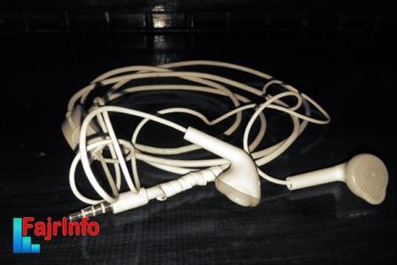 Mengapa Earphone Memiliki Kabel Yang Panjang Sebelah?