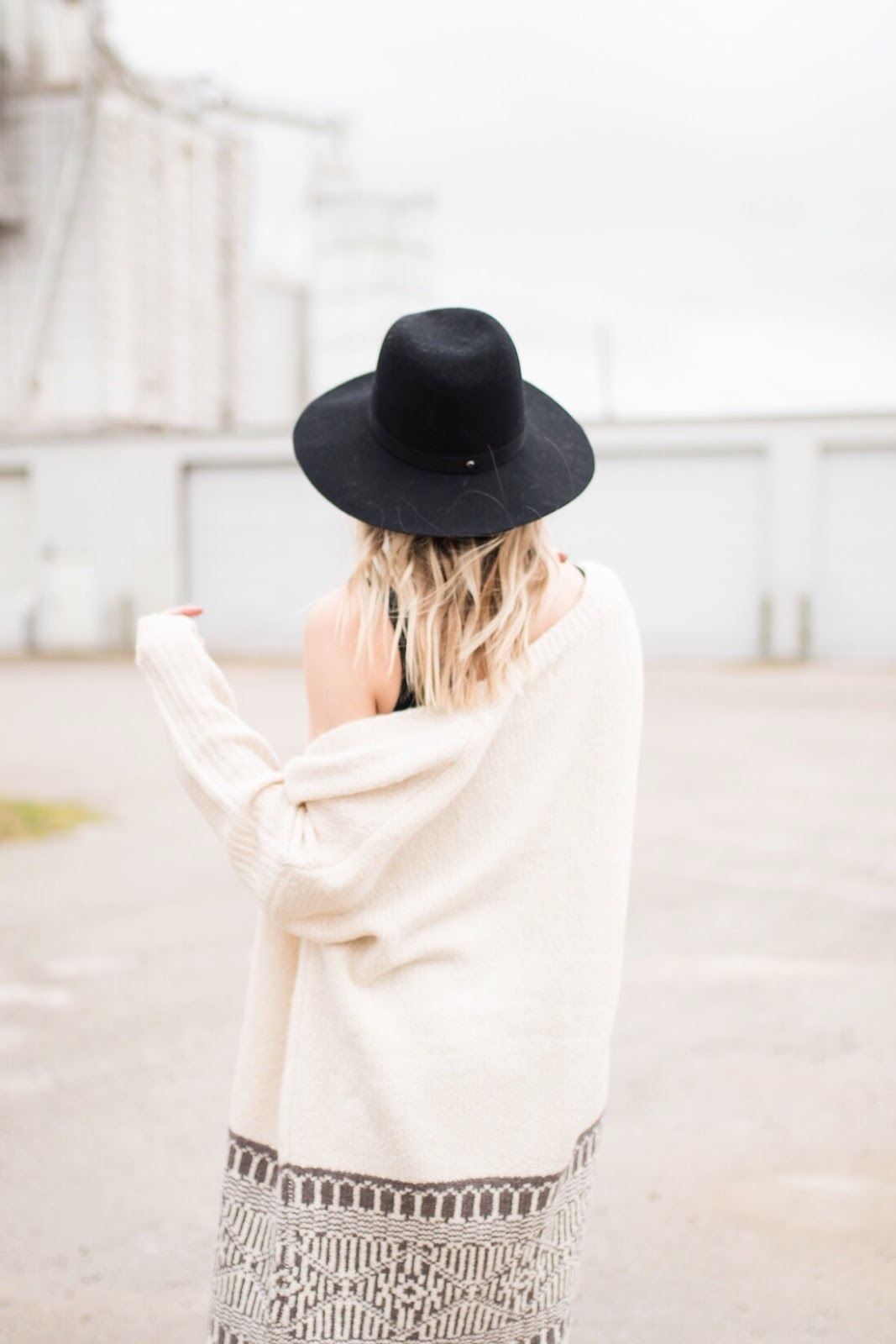 Oversized cream cardigan with a wide brim hat