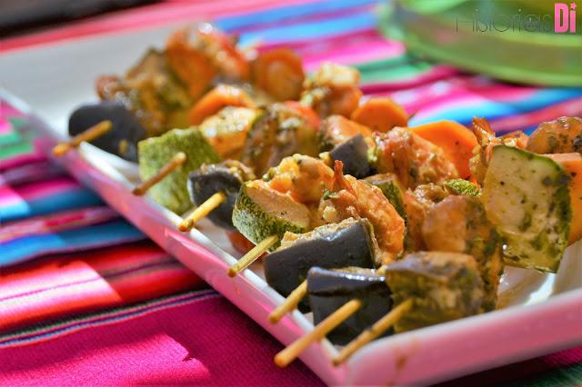 Espetinhos de camarão e legumes