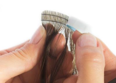 Detalhe fita de mega hair adesivo com tecnologia sem soltar fios