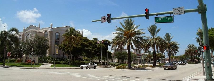 Lake Avenue y la US 1 al comienzo del recorrido. A la izquierda, el City Hall de Lake Worth