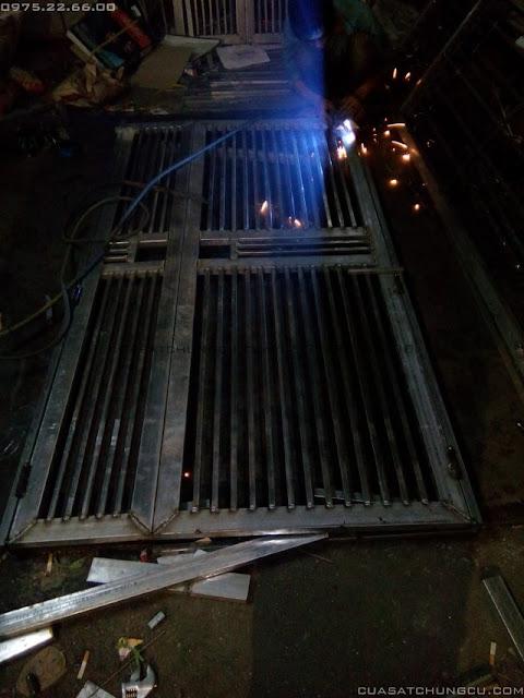 Cửa sắt chung cư đang hàn bản lề
