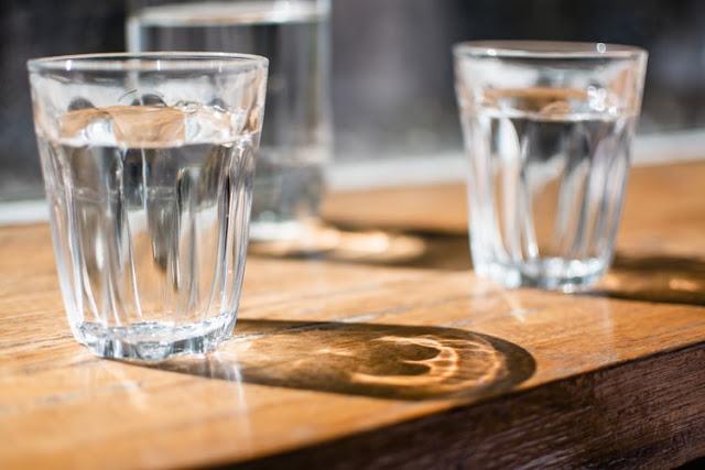 Apakah Terus-menerus Minum Air Mineral Baik untuk Kesehatan?