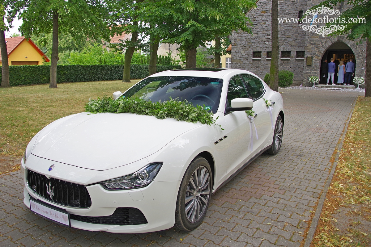 Białe kwiaty - dekoracja samochodu ślubnego