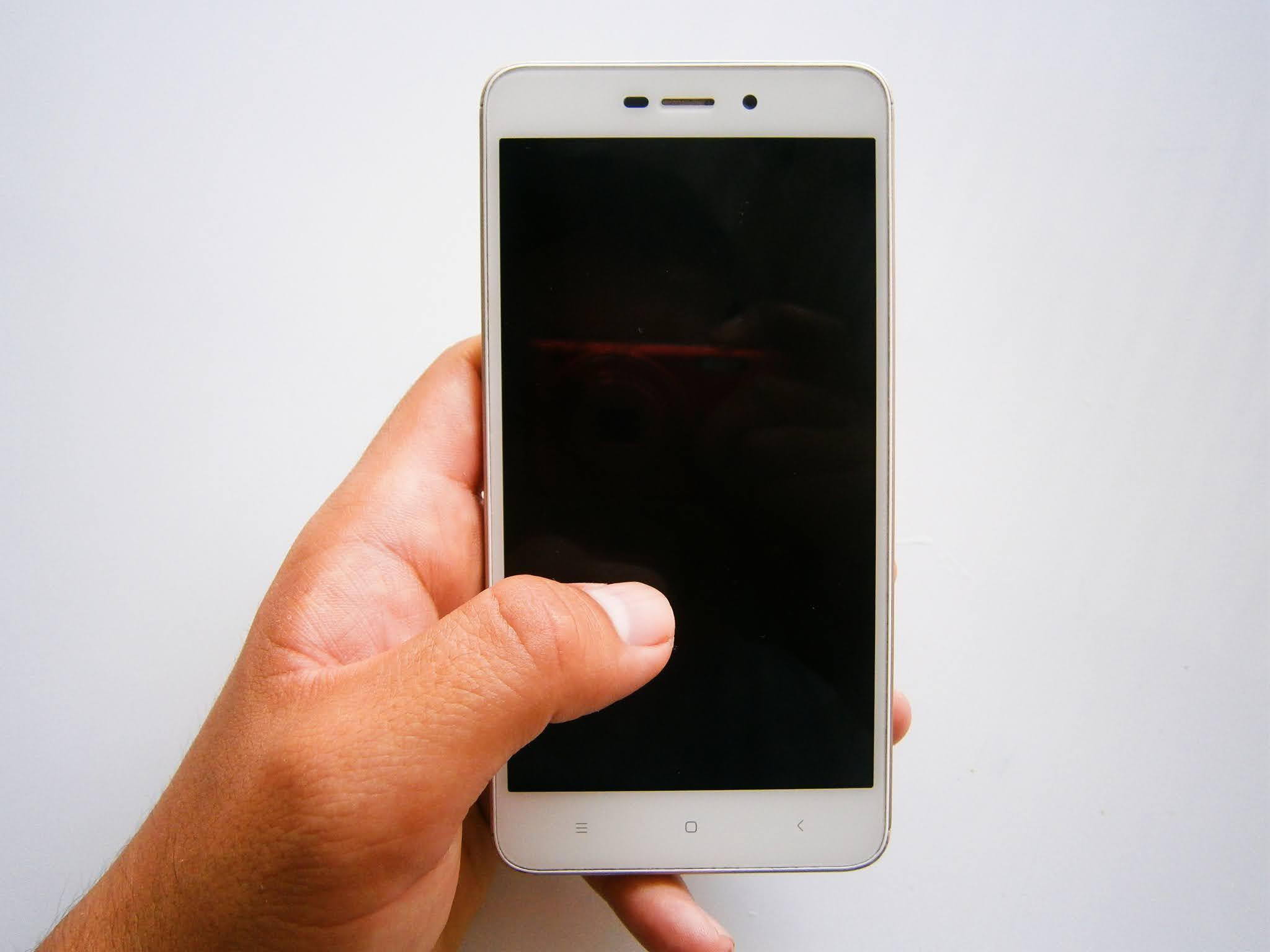Smartphone XIAOMI REDMI sostenido de una mano de una persona joven